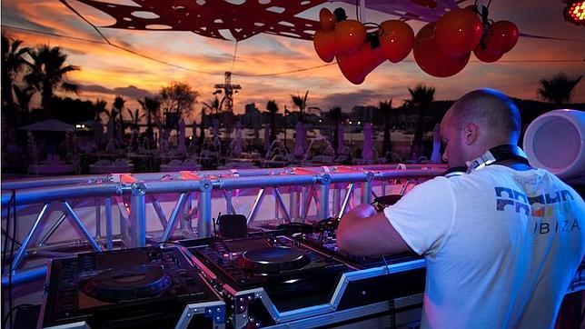 Música al ponerse el sol en el Ocean Beach Club