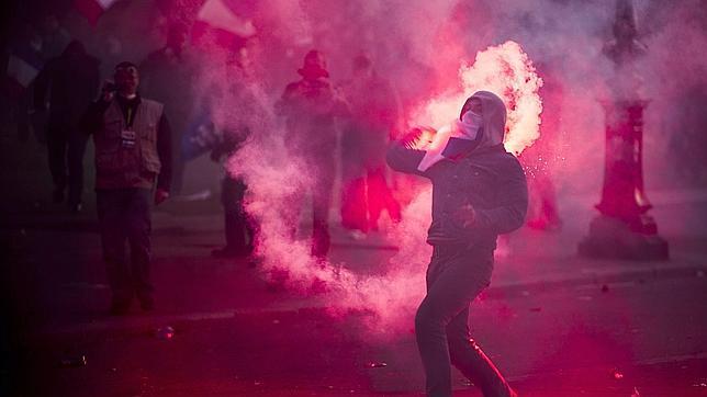 Un radical lanza un objeto incendiario a la Policía anoche en París