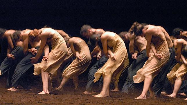 Fotografía de la coreografía de Pina Baush para la partitura de Stravinsky