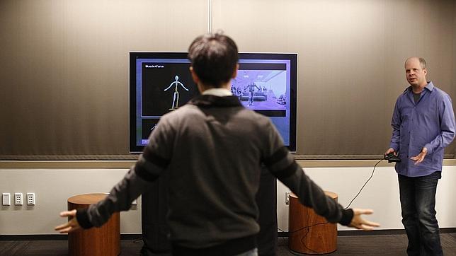 Scott Evans del grupo de Kinect muestra a un usuario cómo funciona el nuevo sistema