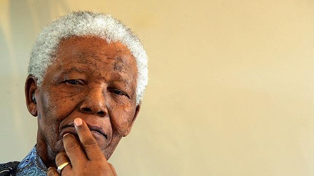 Mandela apenas habla ya y se comunica a través de las manos