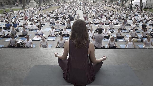 Clase masiva de yoga en la Plaza Mayor