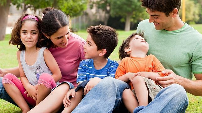 Resultado de imagen para padres cuidando hijos