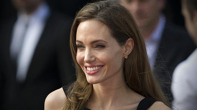 Angelina Jolie reaparece con una gran sonrisa tras anunciar su mastectomía