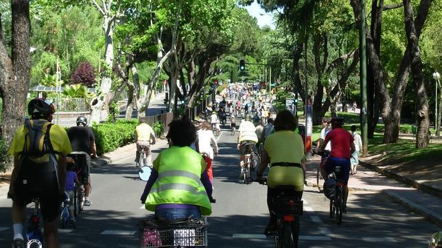 800 personas piden pedaleando un carril bici en Arturo Soria