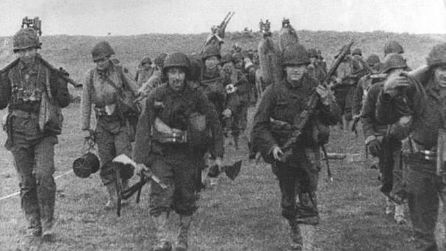 Los soldados avanzan desde las playas por suelo francés