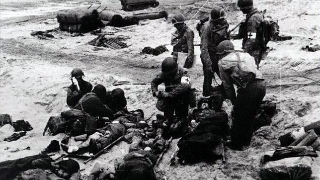 Equipos médicos atienden a soldados heridos