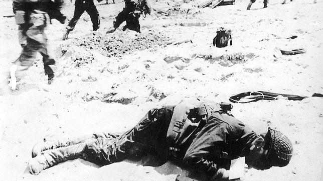 Imagen de un cadáver tras el desembarco