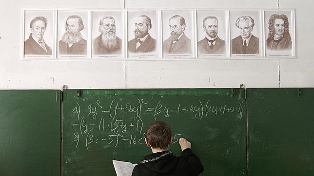 Un alumno resuelve un problema matemático en Rusia