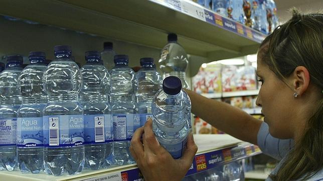 La Administración ahorraría 50 millones de euros cambiando el agua embotellada por agua de grifo