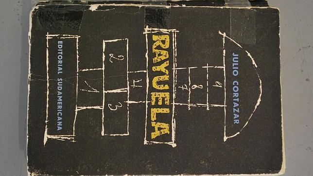 Imagen de la portada de la primera edición de «Rayuela» (1963, Editorial Sudamericana, dirigida por F. Porrúa)
