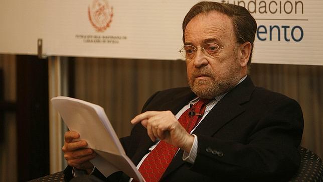 Antonio Burgos «La verdad ocupa el mismo espacio que la mentira en internet»