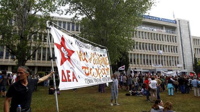 Grecia reacciona al cierre de la TV pública con huelga general y un bloqueo informativo