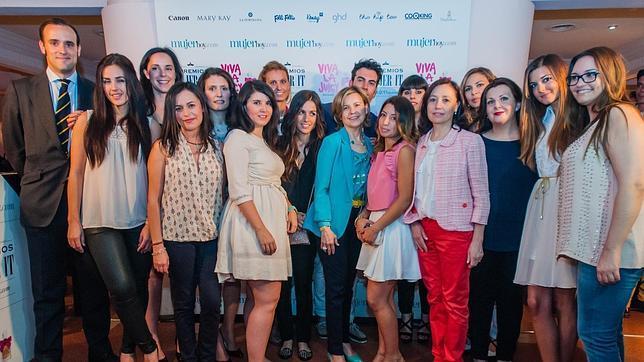 Las ganadoras y finalistas con Charo Carrera, Laura Pintos y Miguel Gallastegui