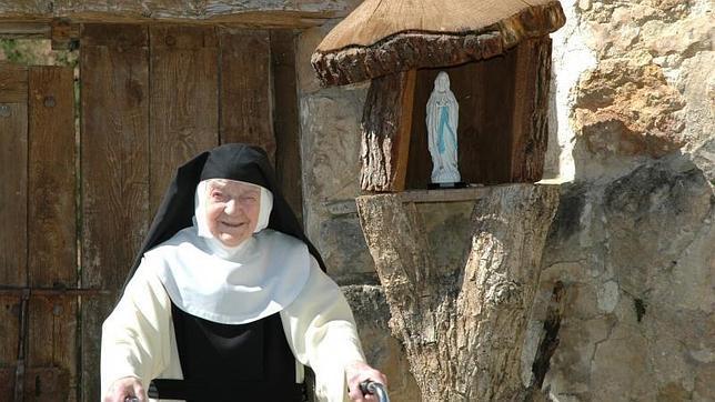 Sor Teresita en una imagen de 2011 con la Virgen