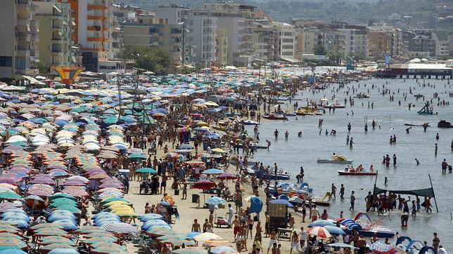Imagen de la playa de Durres en pleno verano