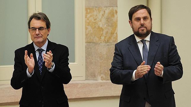 Artur Mas y Oriol Junqueras aplauden tras suscribir el pacto de gobierno, el pasado mes de diciembre