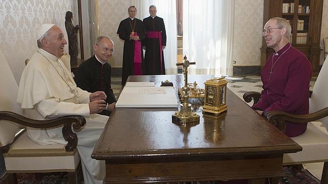 El Papa dice al arzobispo de Canterbury que ambas Iglesias caminan juntas