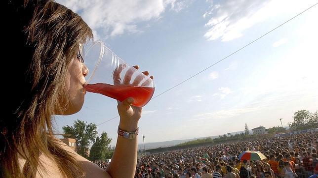 «Tampodka», «eyeballing» y «oxy-shots»: las prácticas con alcohol más arriesgadas