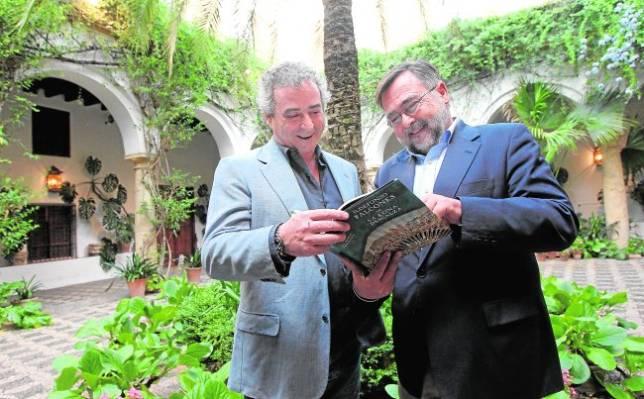 Ildefonso Falcones y José Calvo, antes delcomienzo del acto en el Patio de Recibo de Viana
