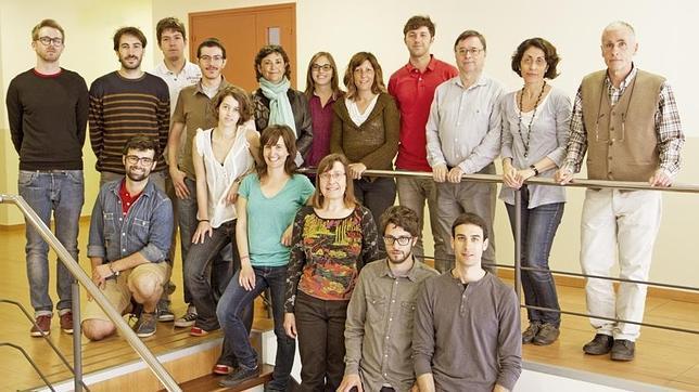 La doctora Anna Planavila (fila superior, quinta por la derecha), coordinadora del estudio, junto al resto de investigadores que componen el grupo del doctor Francesc Villarroya