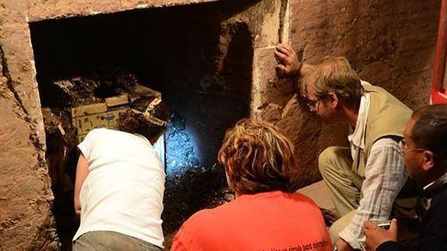 El equipo liderado por el investigador del UJA ha trabajado durante tres años para tener acceso a la gran losa de piedra pulida que sellaba la cámara