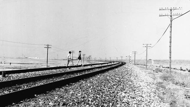Dos niños atraviesan las vías del ferrocarril