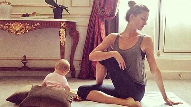 Gisele bündchen hace yoga con su bebé