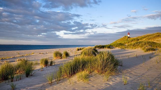Playa y faro en List (isla de Sylt)