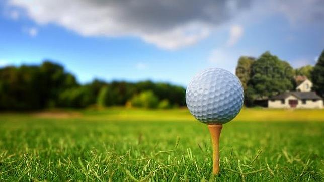 Desnudos en un campo de golf
