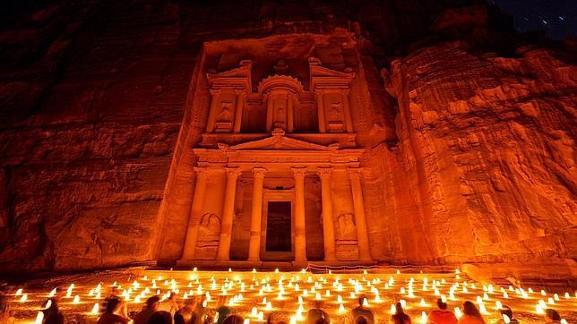 Petra por la noche: la Fachada del Tesoro iluminados por velas