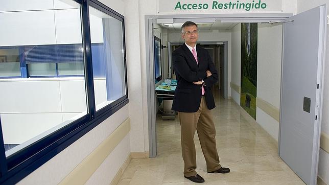 Andrés Lozano, en los pasillos del Hospital HM Sanchinarro de Madrid
