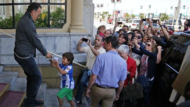 «El Jefe» sacia su apetito en San Sebastián y su hambre rockera en Gijón