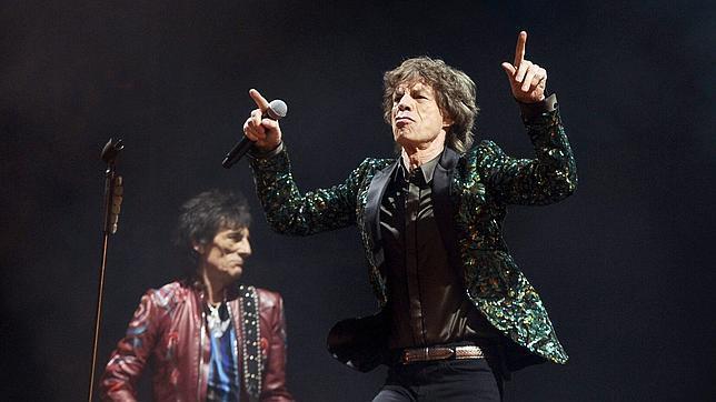Mick Jagger, al frente de su grupo de incombustibles rockeros, durante su actuación en Glastonbury