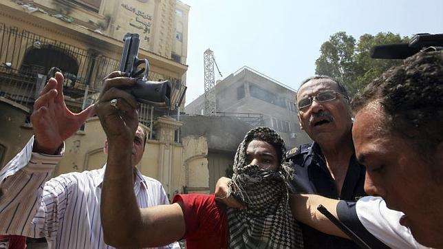 El Ejército egipcio da 48 horas a las fuerzas políticas para cumplir las demandas del pueblo