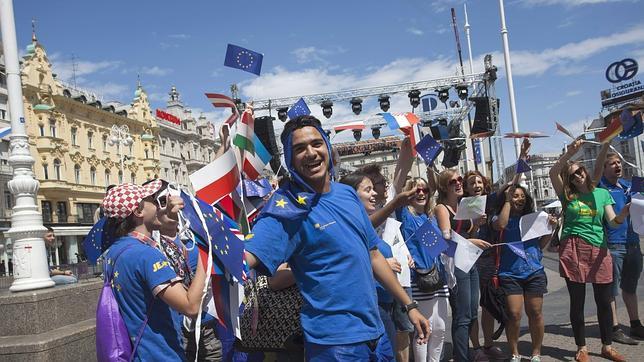 Miles de personas celebran en Zagreb la entrada oficial de Croacia en la UE