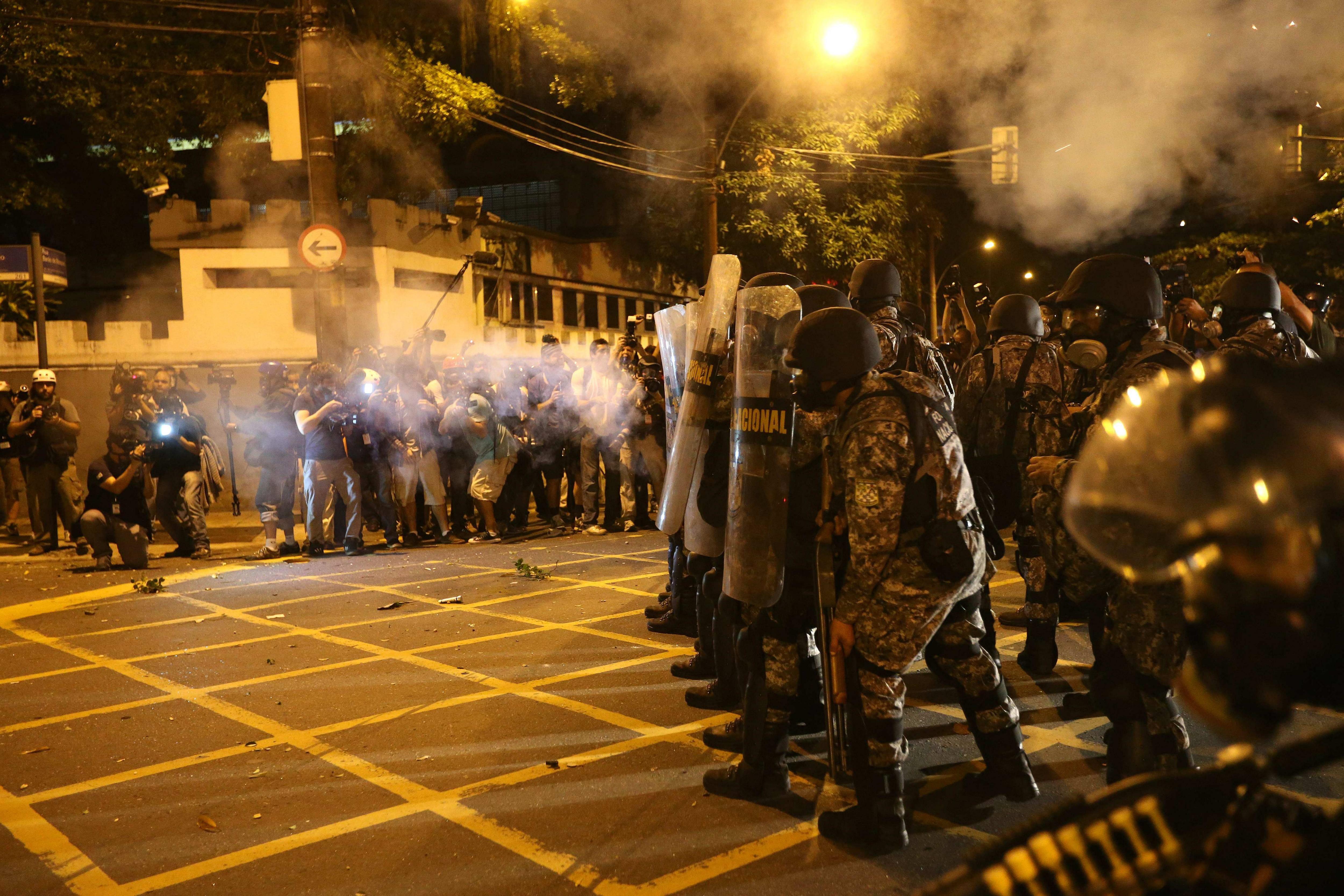 Miles de manifestantes se enfrentan a la Policía cerca de Maracaná