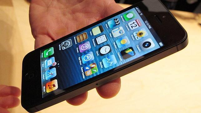 Un usuario muestra un iPhone 5