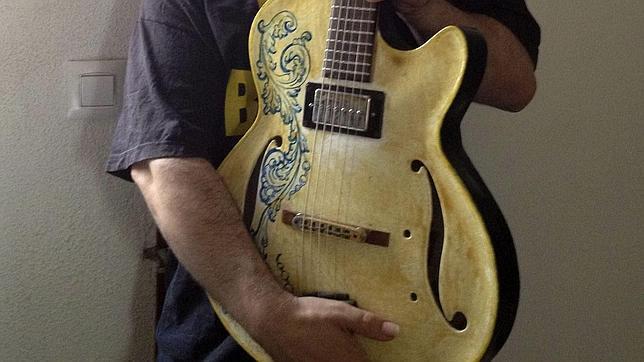 El vocalista Luis Martín presenta la primera guitarra de cerámica del mundo