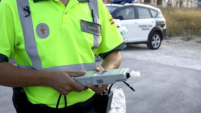 Tráfico cerca las carreteras con controles de drogas y alcohol