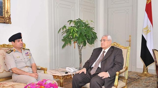 El presidente interino de Egipto anuncia que habrá elecciones en 6 meses