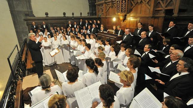 El corazón de las personas que cantan en un coro late al unísono y sus emociones se sintonizan