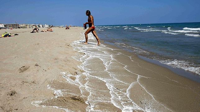 castelldefels cobrará por aparcar en la playa pese a la oposición de