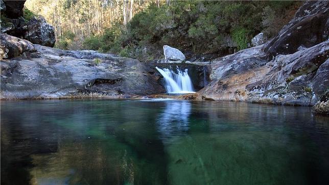 Ocho piscinas naturales con leyenda for Piscinas fluviales leon