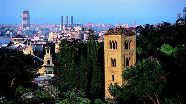 Vistas de la torre del monasterio con el «skyline» de Barcelona de fondo