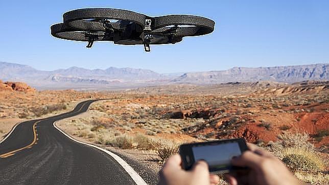 Mediante una conexión WiFi podemos manejar este «drone» pensado para la diversión