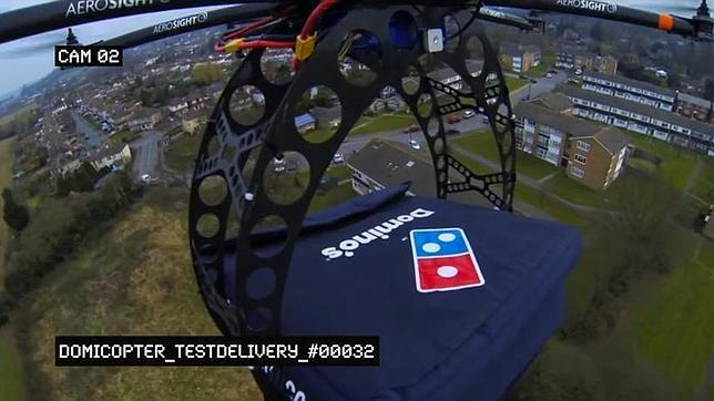 Captura de pantalla del vídeo en el que la empresa Domino´s Pizza utiliza un «drone» para entregar un pedido