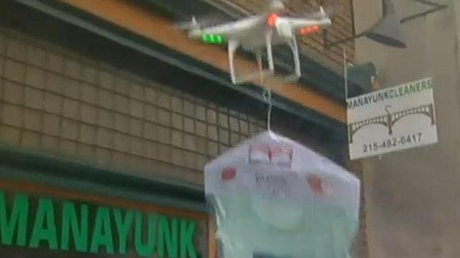 En «drone» repartidor de camisas de la tintorería Manayunk