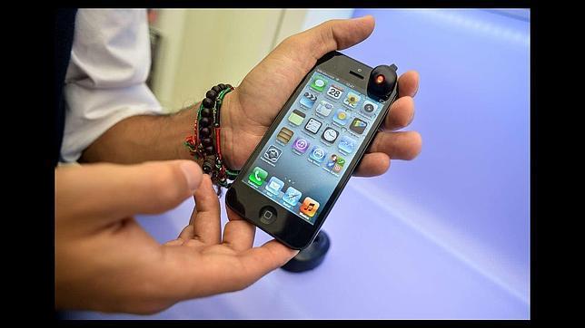 Muere electrocutada mientras usaba su iPhone