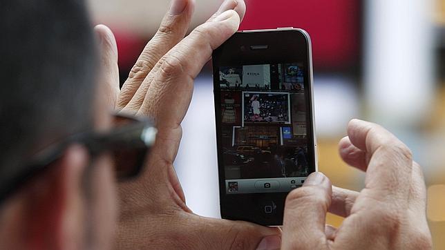 Un joven, en coma tras recibir una descarga eléctrica al cargar su iPhone 4